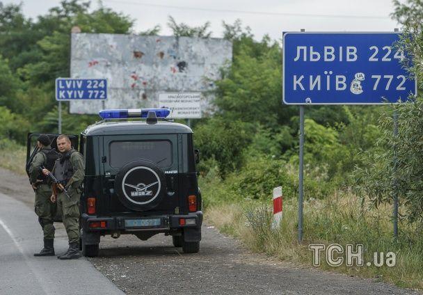"""БТРи і """"бобіки"""": Reuters показало, що відбувається в оточеному селі під Мукачевим"""