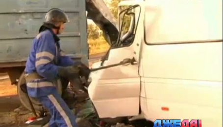 Два человека погибли в результате столкновения автобуса и грузовика