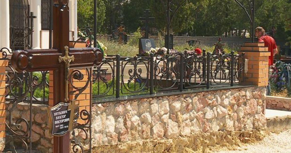 До могили Януковича-молодшого нібито приходила вдова