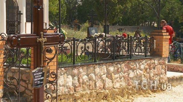 Журналістам не дали знімати вдову Януковича-молодшого, яка  приїхала на його могилу