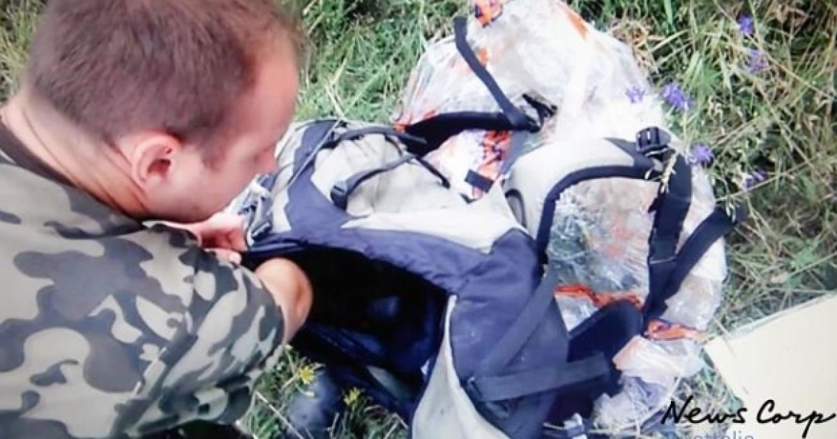 Бойовики оглядали сумки жертв, після чого зібрали цілу купу з мобільних телефонів та особистих речей пасажирів