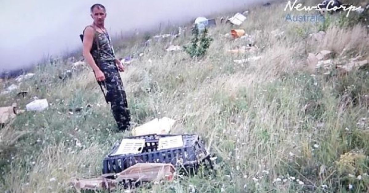 Боевики осматривали сумки жертв, после чего собрали целую кучу с мобильных телефонов и личных вещей пассажиров
