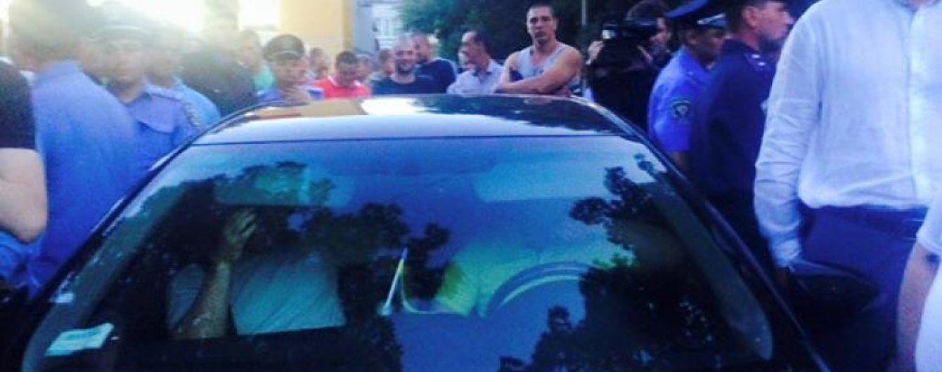 Толпа в Чернигове заблокировала машину с деньгами и оружием кандидата в депутаты