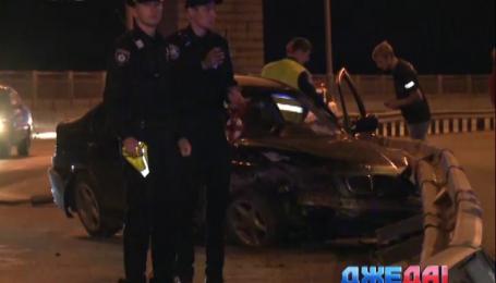 Столичный водитель снес 20 метров отбойника и остался невредимым