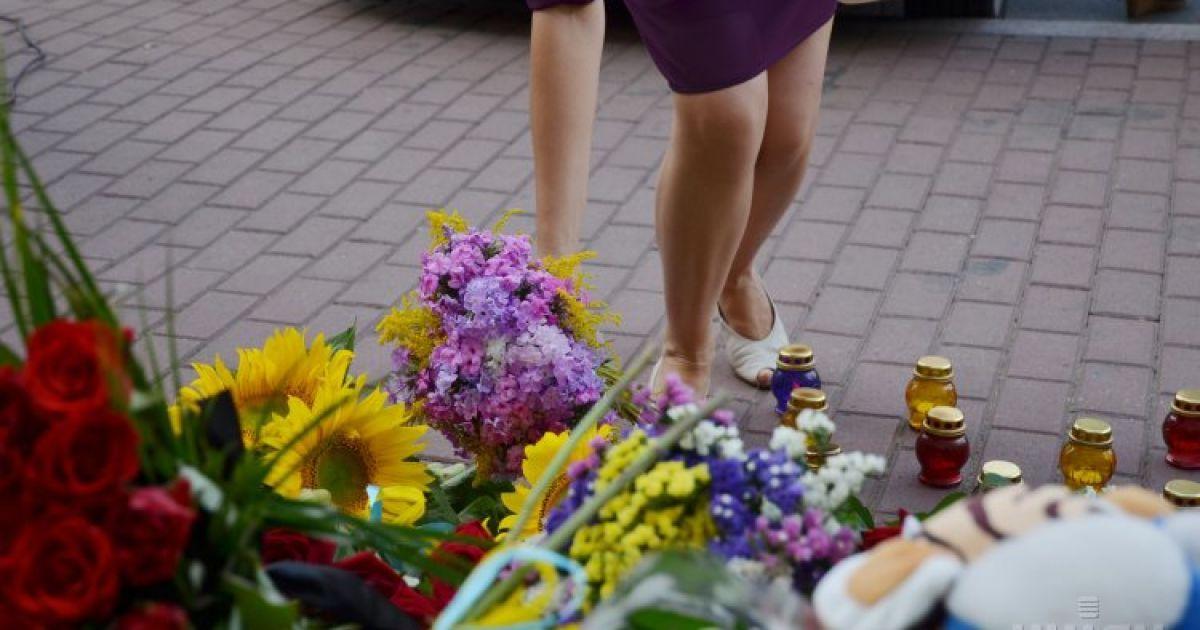 Украинцы вспоминают погибших у посольства Нидерландов.