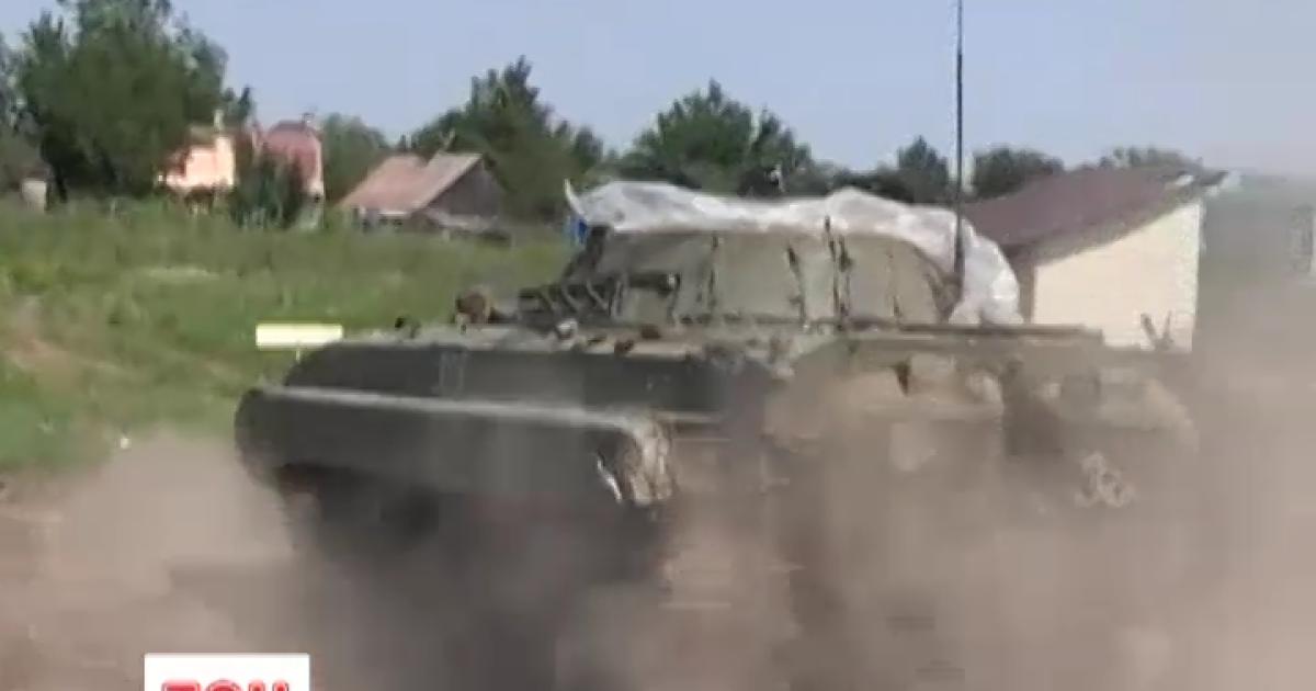 Танк боевиков бьет прямой наводкой из донецкого аэропорта по бойцам АТО