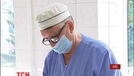 Выдающийся врач донетчанин Александр Борзых уже год оперирует украинских бойцов в Киеве