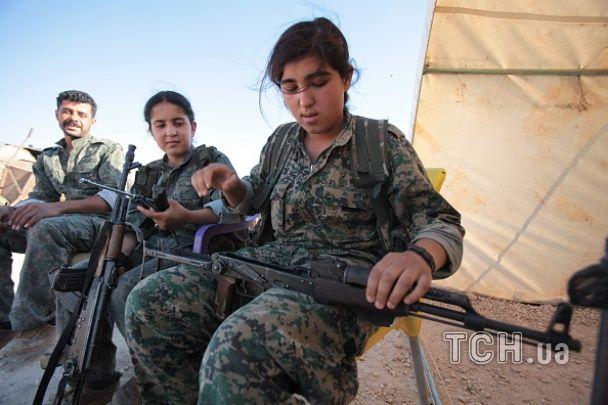"""Фотограф показав молодих дівчат, які борються з """"Ісламською державою"""""""