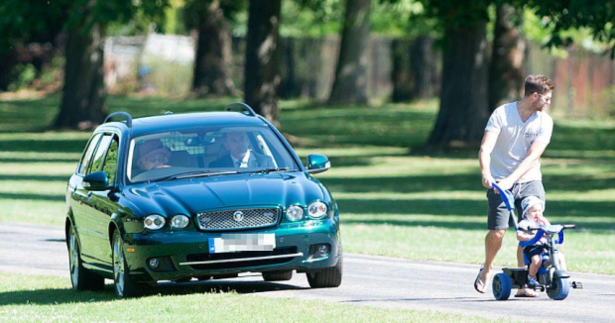 Королева Елизавета II на автомобиле ездит по газонам