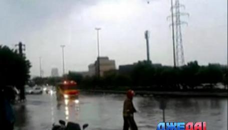 В Иране мощные потоки воды смывают в реки авто