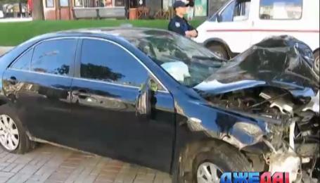 На Крещатике «Тойота» на огромной скорости въехала в столб