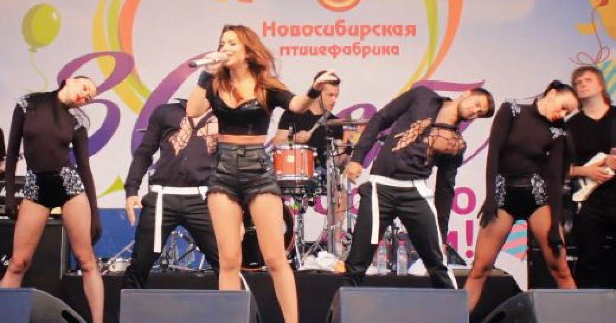Юзери висміяли Ані Лорак за виступ на вечірці російської птахофабрики