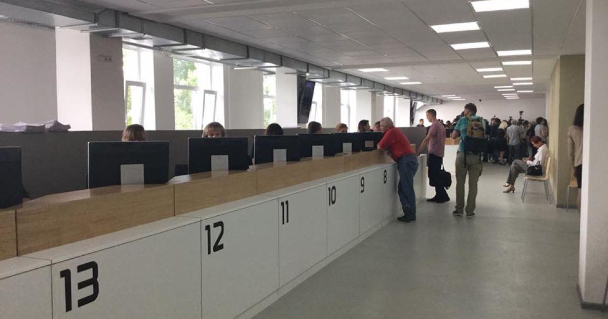 Центр оснащен современной техникой для обслуживания граждан @ Facebook/Антон Геращенко