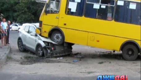 В Херсоне автобус наскочил на джип