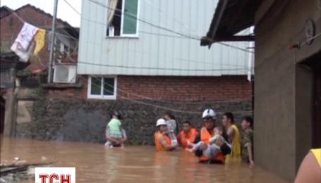 В Китае людей эвакуируют из-за сильных ливней