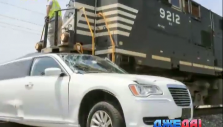 Американские подростки ради развлечения оставили лимузин на путях