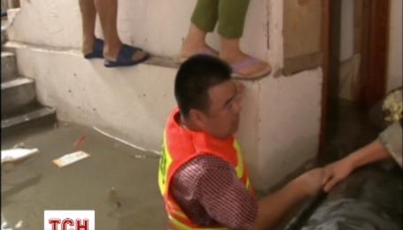 В Китаї рівень води на вулицях досяг двох метрів