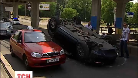 """Елітний автомобіль """"Порш Кайен"""" перекинувся зранку на київському мосту Метро"""