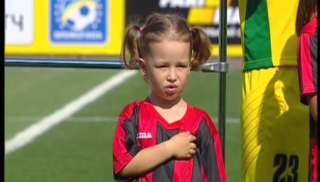Дітки співають гімн України перед футбольним матчем у Львові