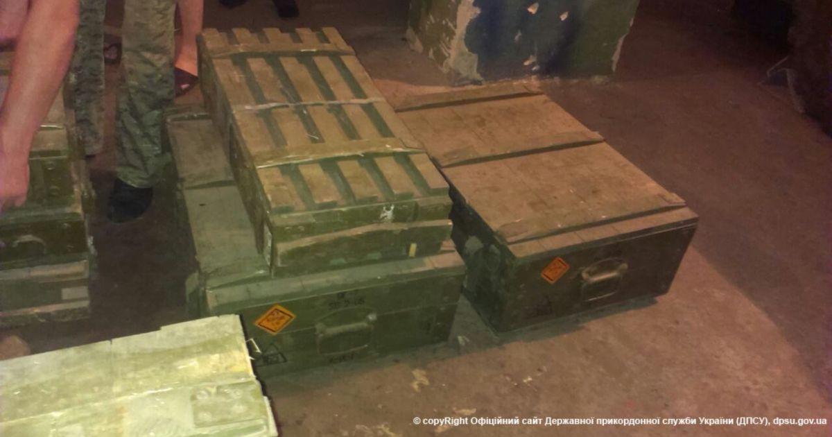 Пограничники задержали грузовик с броєприпасами и российским военным.