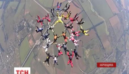 В Международный день парашютиста спортсмены установили новый рекорд Украины