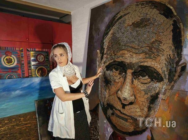 Художница показала, как выкладывала портрет Путина из гильз