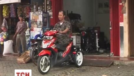 Индонезиец делает скутеры для людей с особыми потребностями