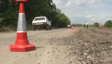 Дорога державного значення Мукачеве-Львів давно перетворилася на суцільне бездоріжжя