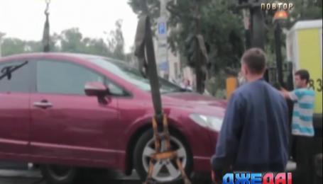 Киевские полицейские уже эвакуируют неправильно припаркованные авто