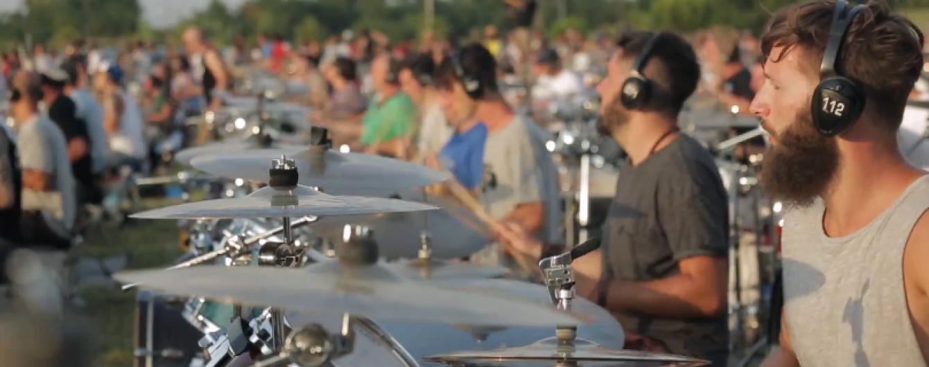 1000 музикантів вражаюче зіграли хіт Foo Fighters, щоб заманити їх на концерт