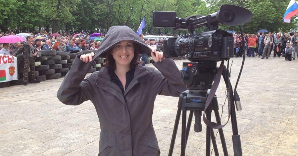 """СБУ лишила аккредитации британскую журналистку, якобы подстрекавшую """"ЛНР"""" стрелять по силам АТО"""