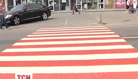 Киевавтодор хочет перекрасить более полусотни столичных зебр в красно-белый
