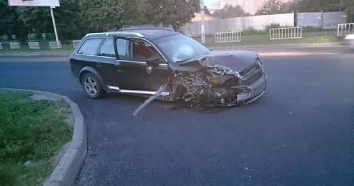 Из-за столкновения с такси, у Audi оторвалось колесо