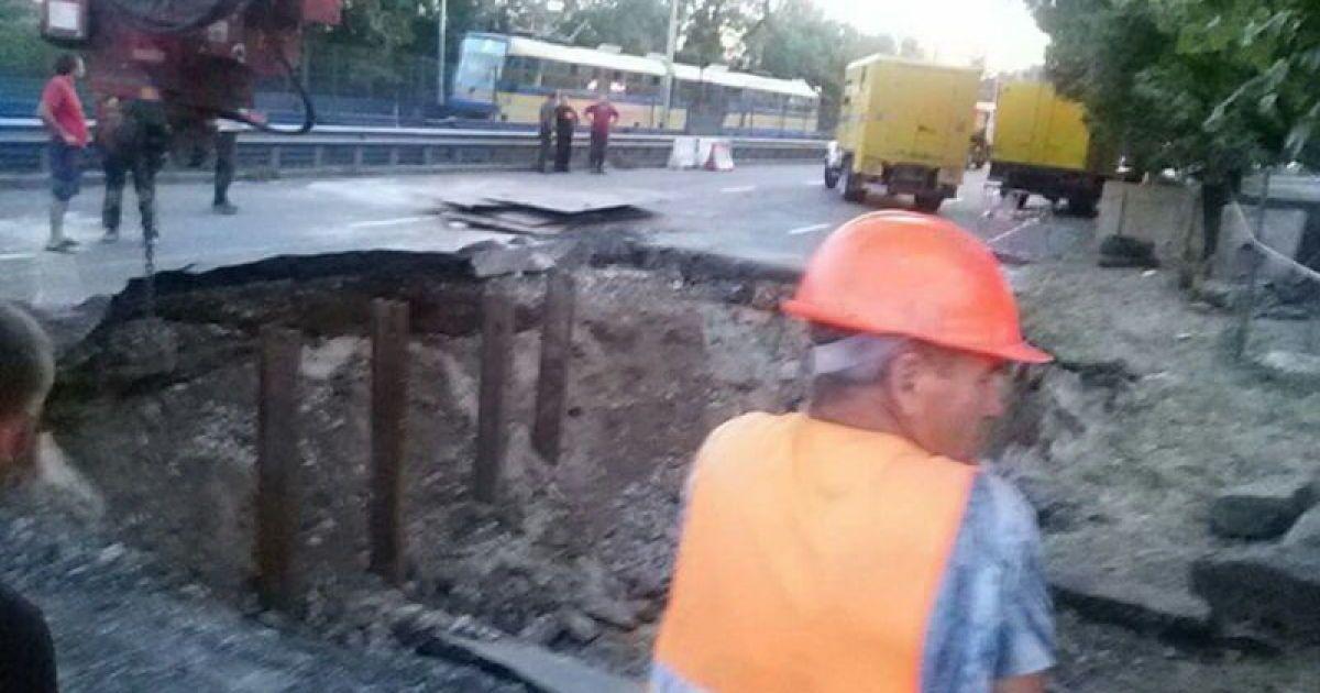 На Борщаговской улице асфальт ушел под землю.