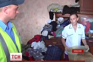 В Николаеве с балкона 8-го этажа спасли девочку, которая жила среди хлама и тараканов