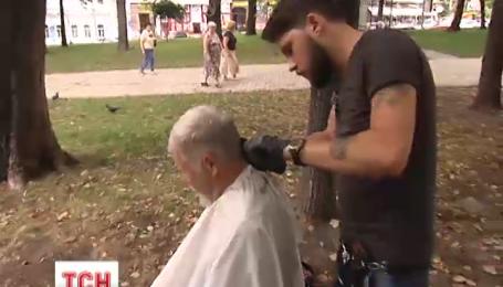 В столице появился своеобразный парикмахер-Робин Гуд