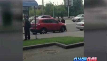 Дама прокатила полицейского на копоти своего автомобиля