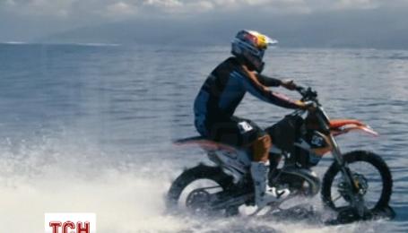 Мотогонщик адаптировал мотоцикл для езды по волнам