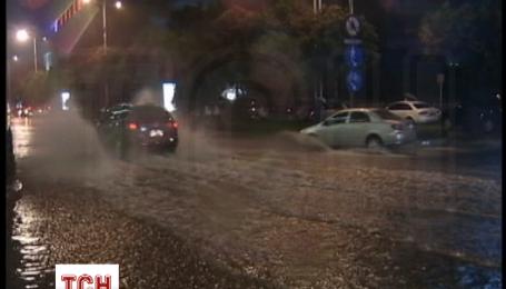 На півночі Китаю сильні дощі викликали повені і обвали