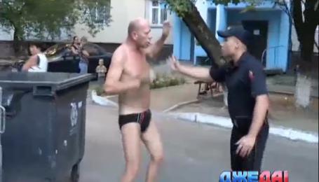В столице обнаженный мужчина напал на полицию