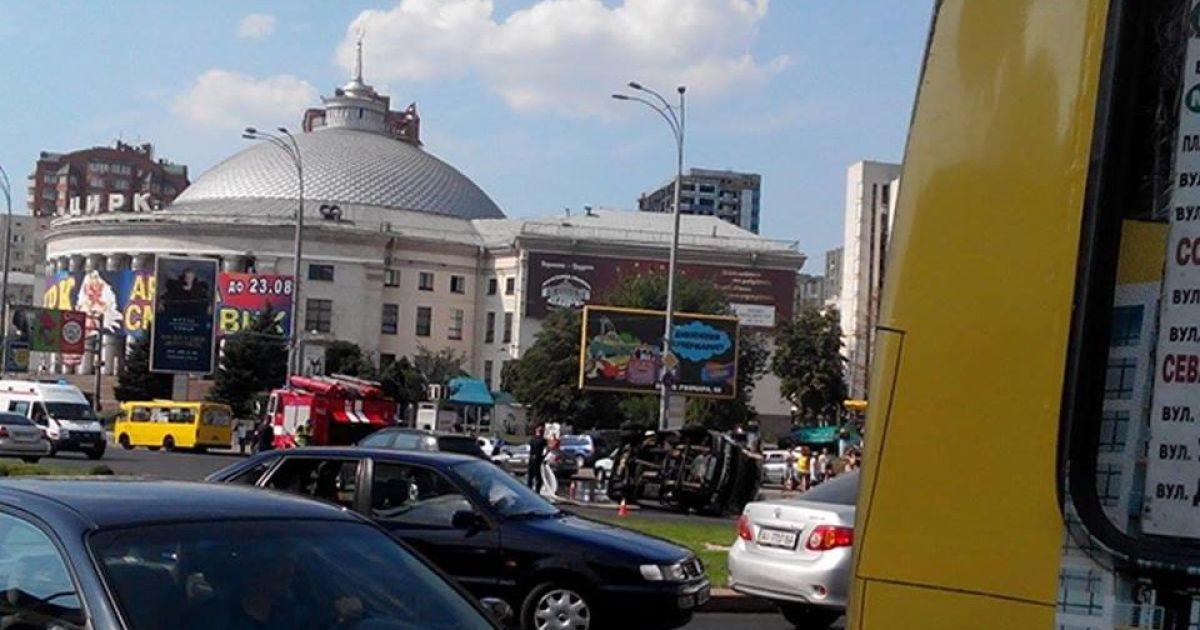 На площади Победы произошло ДТП @ Facebook/Киев автомобильный
