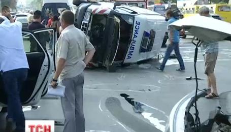 У Києві на площі Перемоги перекинулась карета швидкої допомоги