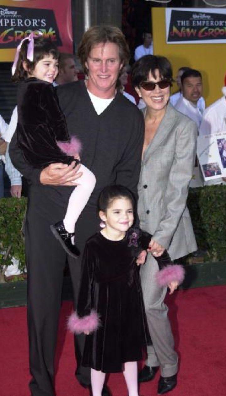 Кайли Дженнер с родителями Брюсом, Крис и старшей сестрой Кендалл, 2000 год @ Getty Images