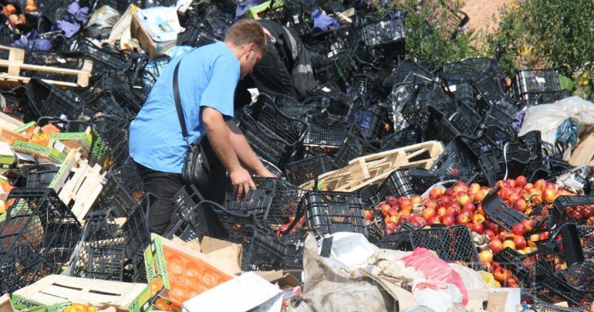 Россияне несли уничтоженную еду домой @ Рабочий путь