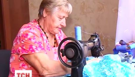 В Житомире пенсионерки наладили пошив нижнего белья для бойцов