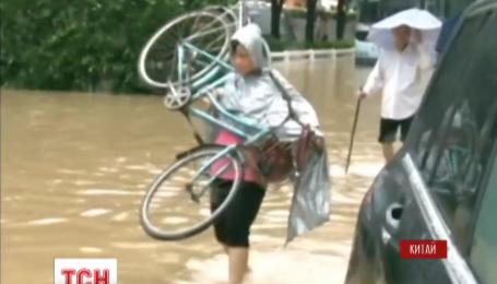"""Потужний тайфун """"Соуделор"""" вдарив по східному узбережжю Китаю"""