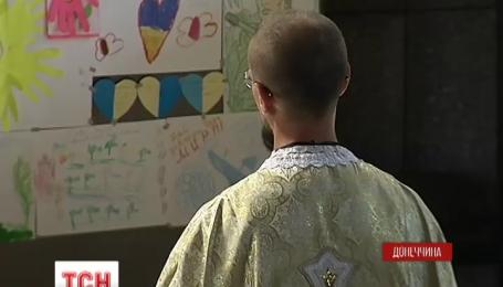 Як військові капелани лікують душі українських бійців на передовій