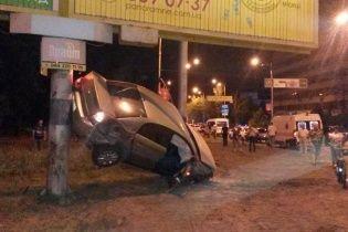 """У Києві автівка на шаленій швидкості вилетіла з дороги і """"зависла"""" на стовпі"""