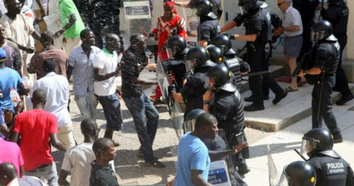 В испанском курортном городе из-за столкновений мигрантов с полицией пострадали 16 человек