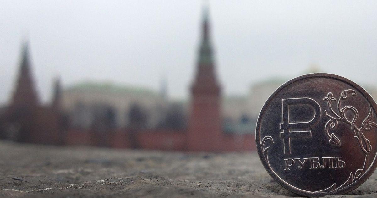 Рубль летит в пропасть: перед выходными в России сильно подскочила стоимость валюты